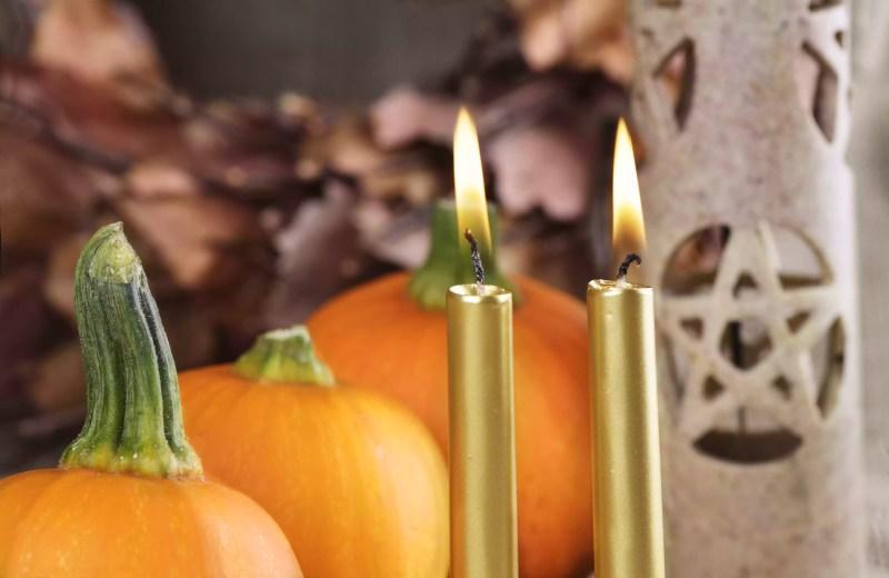 Autel païen décoré pour les célébrations de samhain
