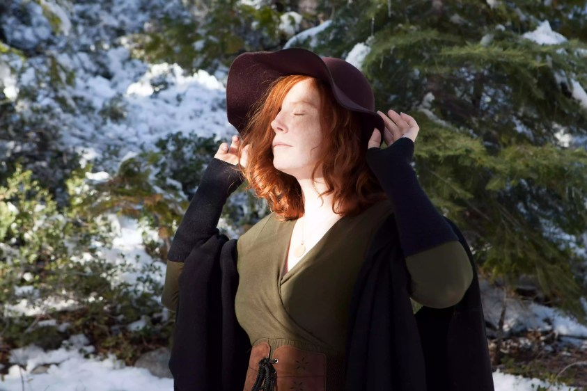 Vrăjitoare de iarnă într-o pădure cu zăpadă