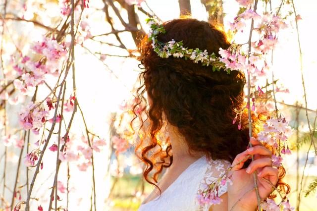 Vedere din spate a femeii cu coroana florilor