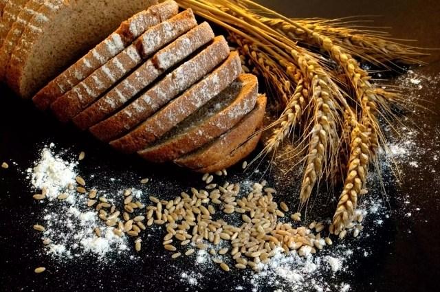 Grosime de grâu și pâine brună pe fundal negru