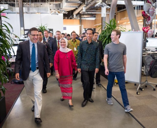 Jokowi ditemani Mark Zuckerberg Keliling Kanotr Facebook