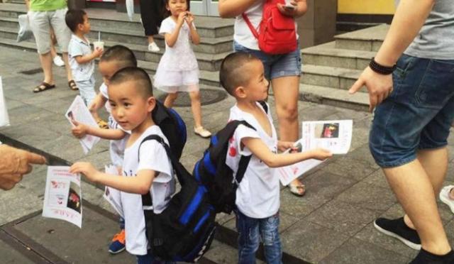 Mengharukan Kisah Tiga Balita Kembar Mencari Ibu Mereka