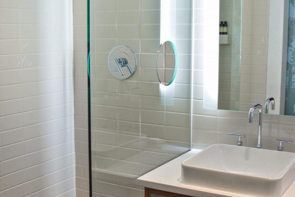Von der heilsamen Wirkung kühler Badezimmerfliesen