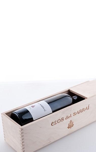 """Une bouteille dans la boîte en bois """"Clos del Sarrai"""" en contreplaqué de bouleau naturel avec couvercle coulissant 2013"""