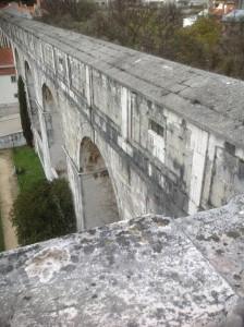Teilstück des Aqueduto des Águas Livres an der Calçada da Quintinha