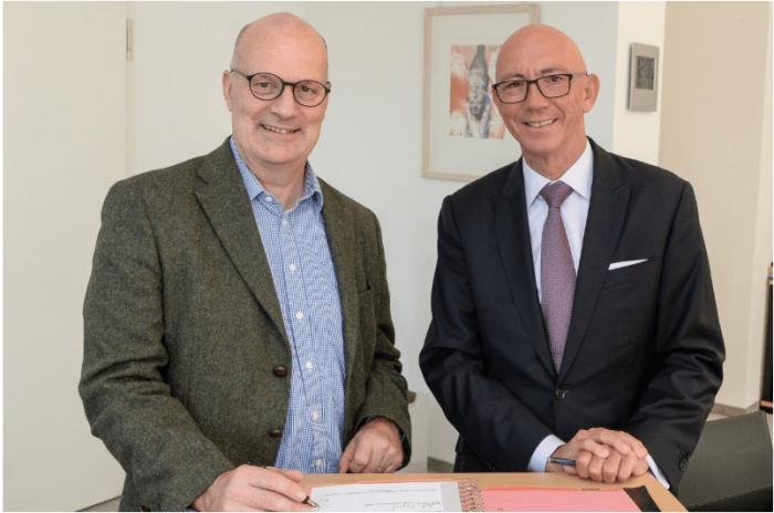 Unterzeichnung der EIP-Water-Bewerbung: RWW-Geschäftsführer Dr. Franz-Josef Schulte und Mülheims Oberbürgermeister Ulrich Scholten (re.). Foto: Walter Schernstein