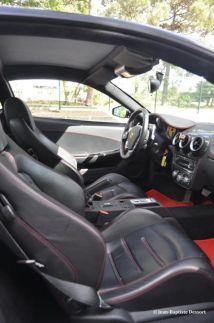 Paré de cuir noir à surpiqures rouges, l'intérieur est de belle facture. Cependant nous ne sommes pas encore au niveau d'une Lamborghini Gallardo.