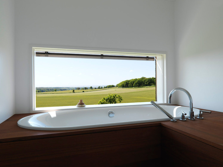Une baignoire avec une vue extrieure magnifique