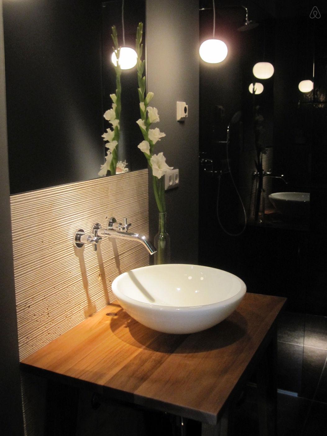 Salle de bain moderne avec une vasque bol blanche