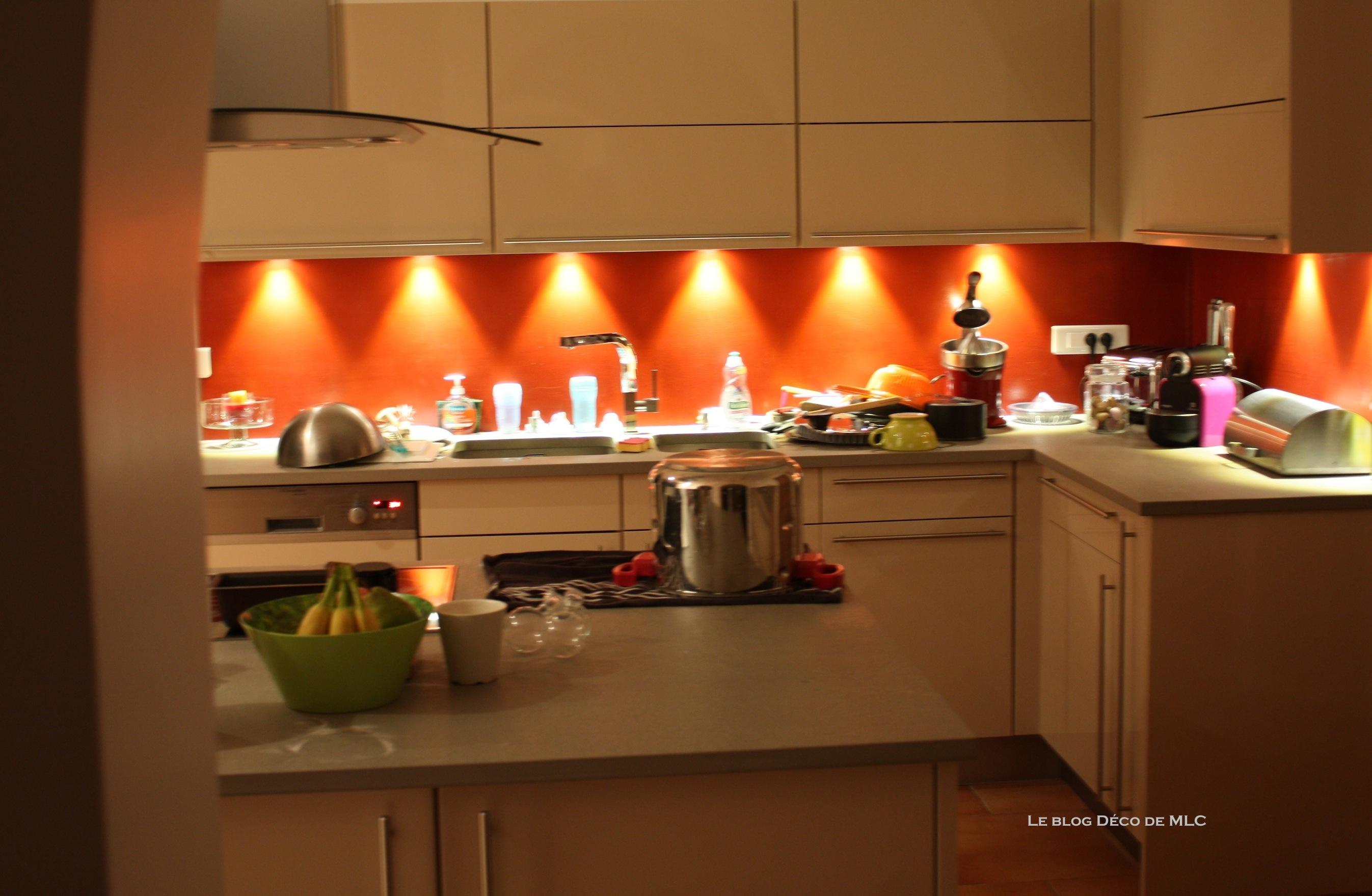 Cuisine meubles beige sur fond rouge - Cuisine couleur Darty - Le