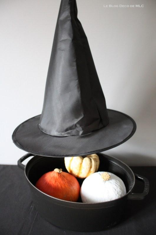 Halloween-deco-chapeau-sorcière-et-casserole-creuset