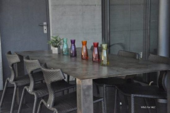 Villa-design-jolie-terrasse-deco-table-repas-exterieur