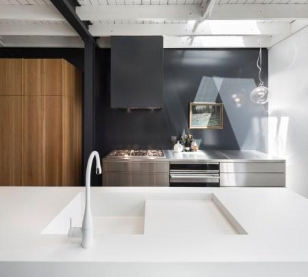 Design-et-meubles-scandinaves-dans-un-loft-industriel-cuisine-cuisson