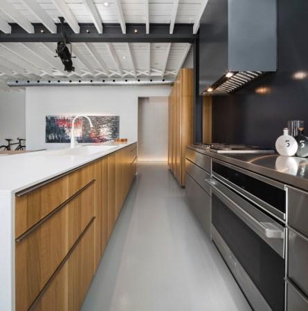 Design-et-meubles-scandinaves-dans-un-loft-industriel-cuisine-rangements