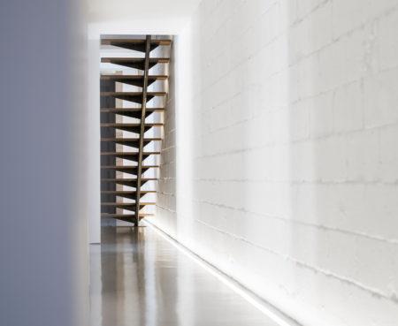 Design-et-meubles-scandinaves-dans-un-loft-industriel-escalier