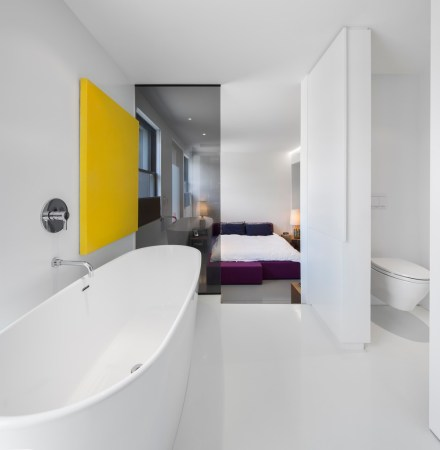 Design-et-meubles-scandinaves-dans-un-loft-industriel-salle-de-bain