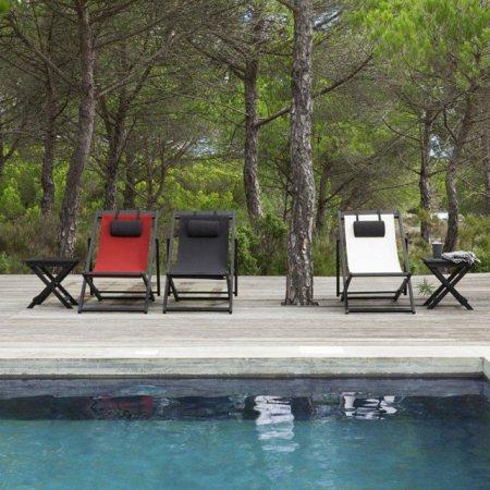 Une-jolie-sélection-de-mobilier-extérieur-transat-couleurs-piscine