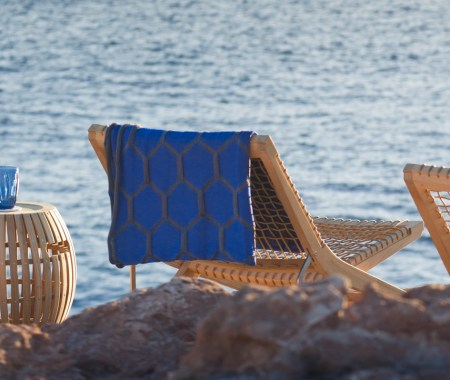 Déco-d-été-Balade-des-fauteuils-design-au-bord-de-l'eau-osier-Unopiu-Paola-Navone-mer-mi