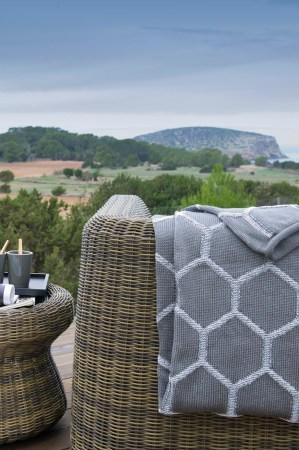 Déco-d-été-Balade-des-fauteuils-design-au-bord-de-l'eau-osier-Unopiu-Paola-Navone-terre