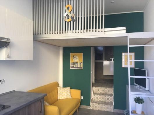 canape-jaune-mur-vert