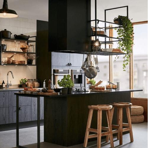 Une étagère Métal Suspendue Au Plafond Dans La Cuisine