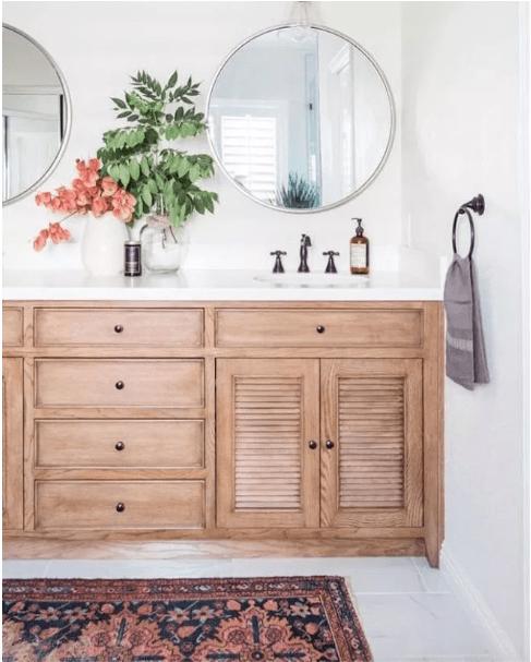 le miroir rond dans la salle de bain