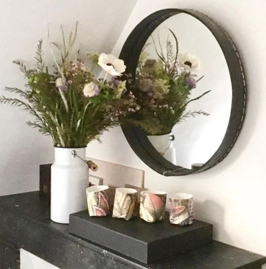 jolie déco de cheminée ancienne fleurs et miroir