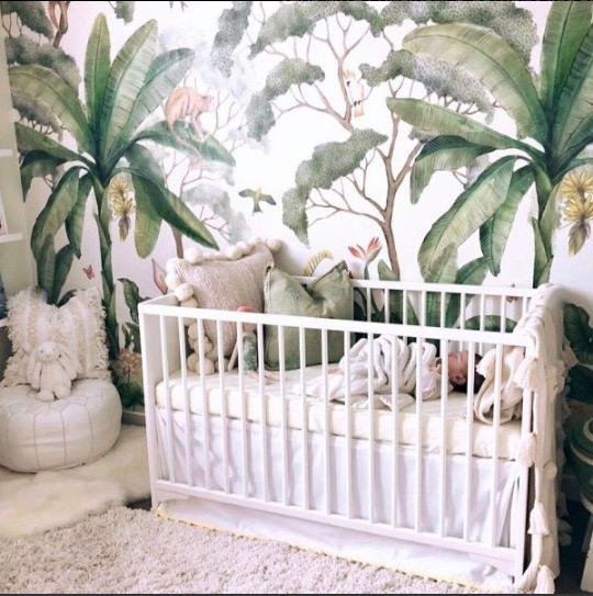 chambre enfant papier peint tropical lit blanc