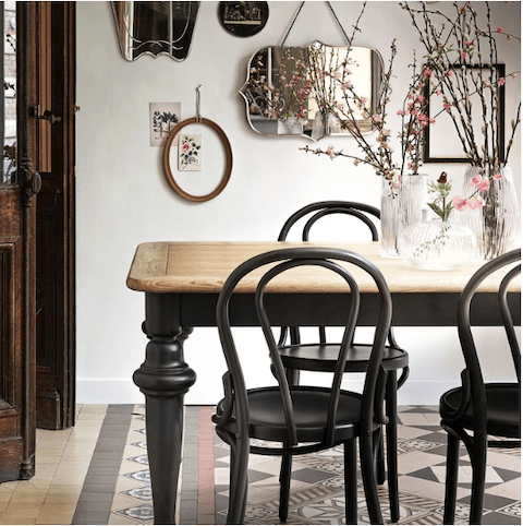 table-et-chaise-bistrot-bois-reedition-thonet-noire-salle-a-manger