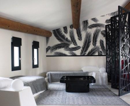 papier-peint-feuille-chambre-motif-et-peinture-noir-et-blanc