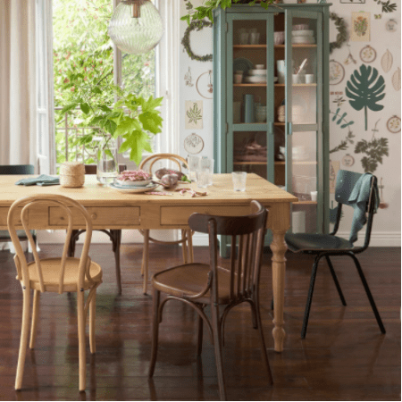 chaise-bistrot-bois-couleur-depareillee-table-salle-a-manger