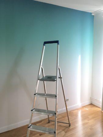 chambre-ado-calme-avec-papier-peint-panoramique-vert-escabeau