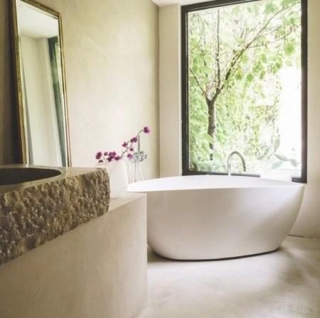 baignoire-ilot-salle-de-bain-maison.jpeg