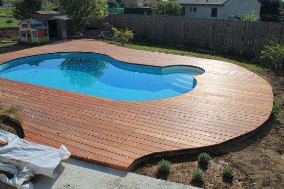 Terrasse en Merbau avec piscine au milieu