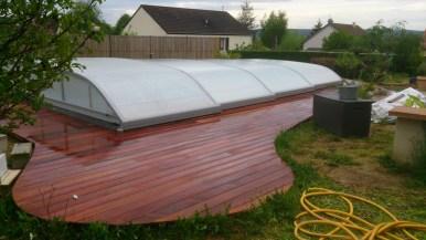 Terrasse en Merbau avec piscine abritée au milieu