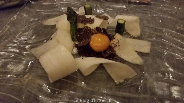 Le carpaccio d'asperges blanches, asperges vertes grillées au sapin