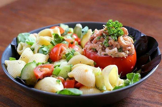 Tomate crevettes avec une petite salade de ptes pour moihellip