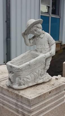 statue en pierre petit garon et sa brouette  Le bon vivre