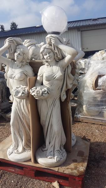 Statue Lampadaire Femme portant un Globe  Le bon vivre