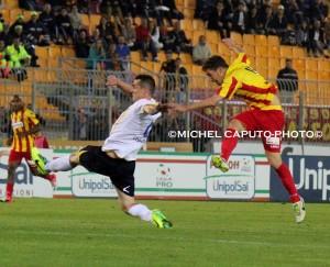Il tiro di Papini nella finale d'andata contro il Frosinone