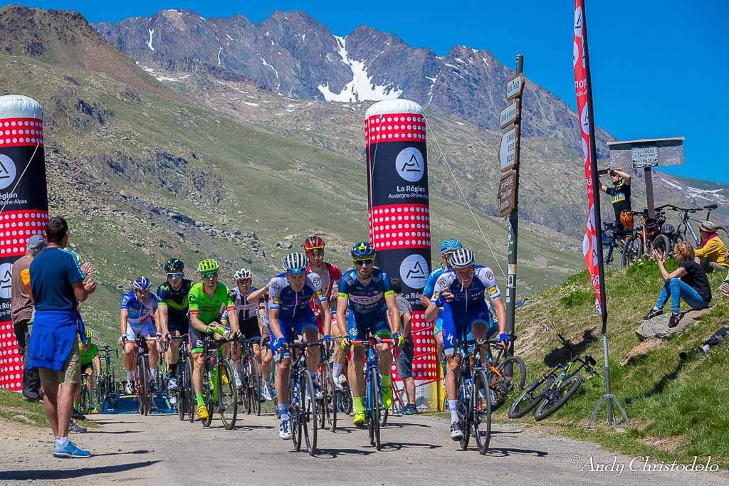 cyclists cresting the Col de Sarenne
