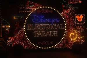 La Main Street Electrical Parade enchante les nuits de Disneyland Paris à ses débuts ...