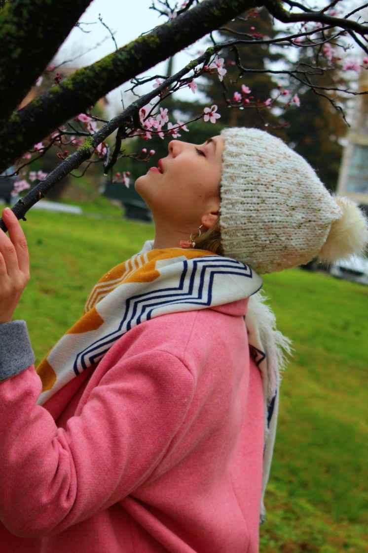 bonnet-chiné-écharpe-géométrique-manteau-rose-vif-et-fleurs-de-cerisiers
