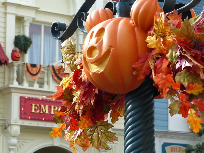 Citrouille Mickey entourée de feuillages sur Main Street