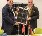 SolarWorld Industries avait encore signé à la mi-janvier un accord pour un volume supérieur à 60 MW de panneaux photovoltaïques à livrer au 1er semestre 2018 avec le développeur turc Inosolar. Photo, de gauche à droite : Ismet Ersoy, directeur général d'Inosolar, et Frank Asbeck, directeur général de SolarWorld Industries. © SolarWorld / Detlev Mueller