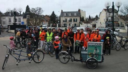 . Les cyclistes se sont réunis à la gare de Rambouillet. - Mallegol Florence