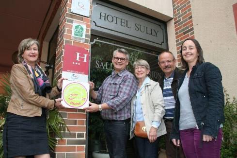"""Propriétaire de l'hôtel Sully, Benoît Lesage peut désormais apposer le label """"hébergement pêche"""" sur le fronton de son établissement. - stephane marchand"""
