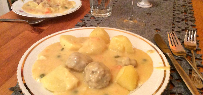 Fleischbällchen in weißer Soße mit Kartoffeln