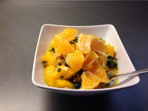 Basisches Müsli mit Mango, Orange, Banane , Cranberries, und Chufas