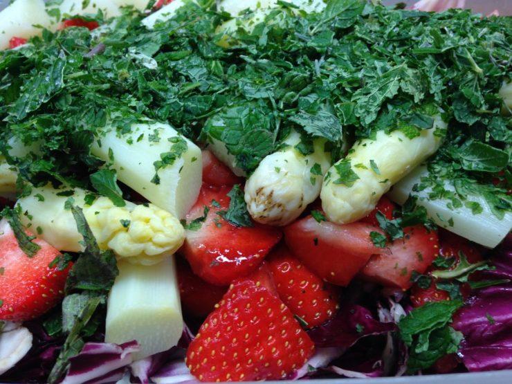 Radicchio-Spargel Salat mit Erdbeeren und einer Vanille-Balsamico-Vinaigrette und frischer Minze